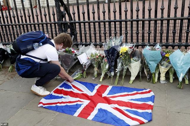Chùm ảnh: Toàn nước Anh u buồn trước sự ra đi của Hoàng thân Philip và lo lắng cho tình hình của Nữ hoàng - Ảnh 6.
