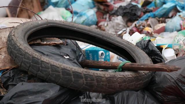 Bãi rác tự phát khổng lồ kéo dài trên đoạn đường trăm tỷ ở Hà Nội  - Ảnh 6.