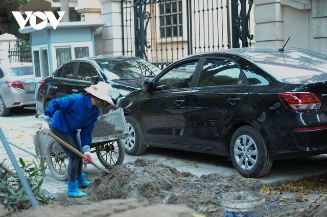 Đá vĩnh cửu ở Hà Nội chưa lát xong đã vỡ nát vì ô tô leo lên vỉa hè đậu đỗ - Ảnh 7.