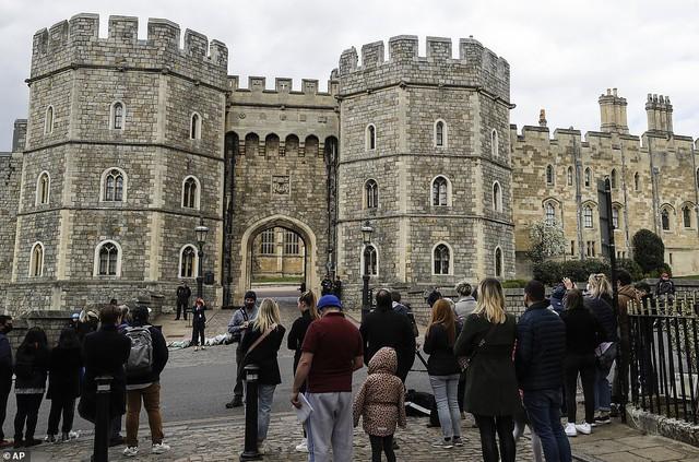 Chùm ảnh: Toàn nước Anh u buồn trước sự ra đi của Hoàng thân Philip và lo lắng cho tình hình của Nữ hoàng - Ảnh 7.