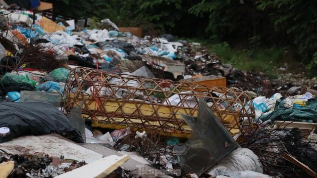 Bãi rác tự phát khổng lồ kéo dài trên đoạn đường trăm tỷ ở Hà Nội  - Ảnh 7.