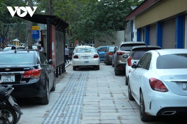 Đá vĩnh cửu ở Hà Nội chưa lát xong đã vỡ nát vì ô tô leo lên vỉa hè đậu đỗ - Ảnh 8.