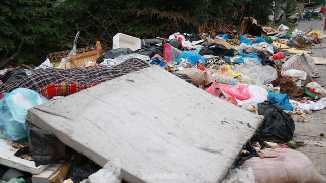 Bãi rác tự phát khổng lồ kéo dài trên đoạn đường trăm tỷ ở Hà Nội  - Ảnh 8.