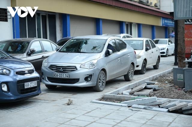 Đá vĩnh cửu ở Hà Nội chưa lát xong đã vỡ nát vì ô tô leo lên vỉa hè đậu đỗ - Ảnh 9.