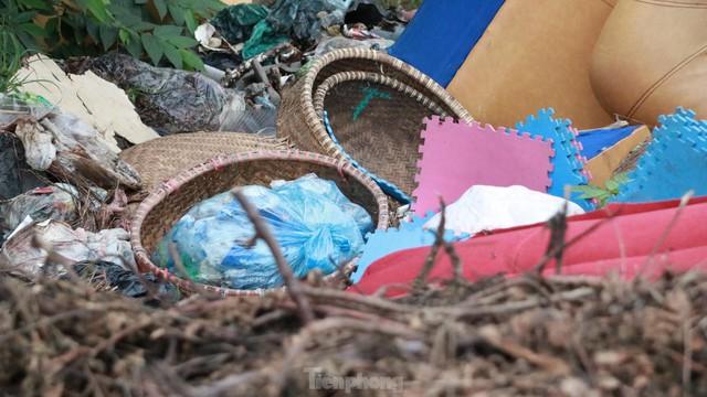 Bãi rác tự phát khổng lồ kéo dài trên đoạn đường trăm tỷ ở Hà Nội  - Ảnh 9.