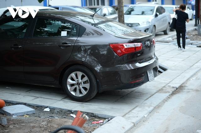 Đá vĩnh cửu ở Hà Nội chưa lát xong đã vỡ nát vì ô tô leo lên vỉa hè đậu đỗ - Ảnh 10.
