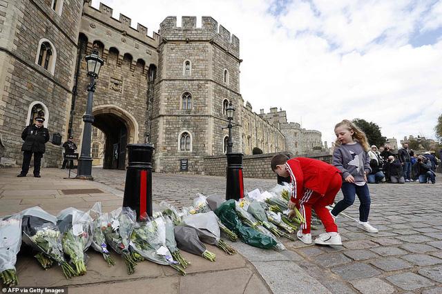 Chùm ảnh: Toàn nước Anh u buồn trước sự ra đi của Hoàng thân Philip và lo lắng cho tình hình của Nữ hoàng - Ảnh 10.