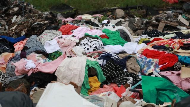 Bãi rác tự phát khổng lồ kéo dài trên đoạn đường trăm tỷ ở Hà Nội  - Ảnh 10.