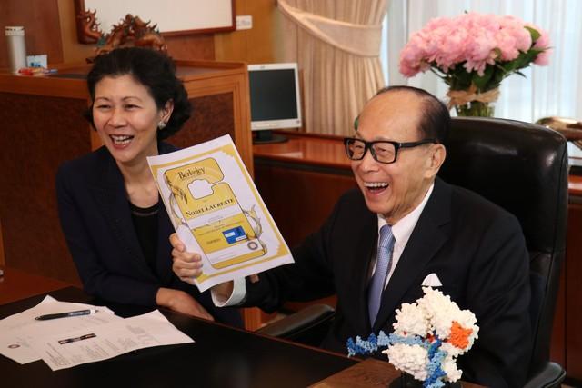 Hồng nhan tri kỷ giúp Lý Gia Thành lấy lại ngôi vị giàu nhất Hong Kong: Bản lĩnh hơn người trên thương trường, chấp nhận bầu bạn bên tỷ phú 25 năm chẳng màng danh phận - Ảnh 2.