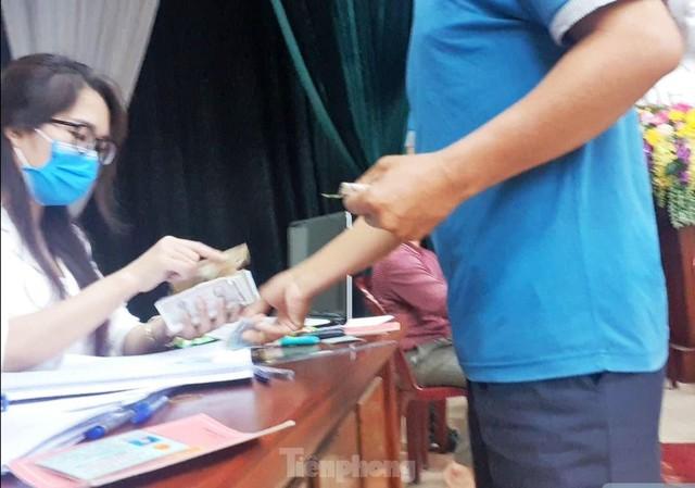 Tận thấy cảnh thu tiền chênh làm căn cước công dân gắn chíp ở Hưng Yên  - Ảnh 1.