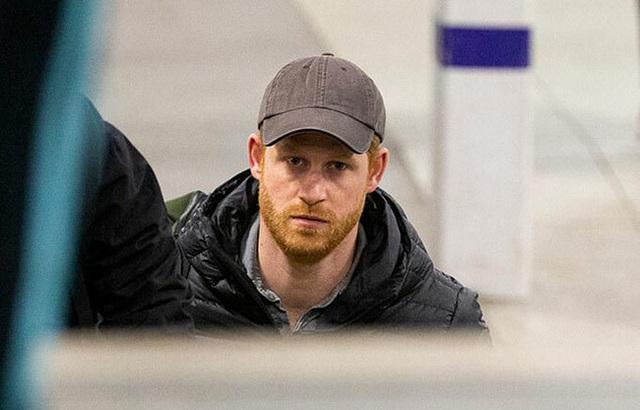 Hoàng tử Harry đã về Anh chịu tang ông nội, tiết lộ suy nghĩ của Hoàng tế Philip về cuộc phỏng vấn tai tiếng của vợ chồng cháu trai - Ảnh 1.