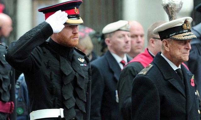 Hoàng tử Harry đã về Anh chịu tang ông nội, tiết lộ suy nghĩ của Hoàng tế Philip về cuộc phỏng vấn tai tiếng của vợ chồng cháu trai - Ảnh 2.