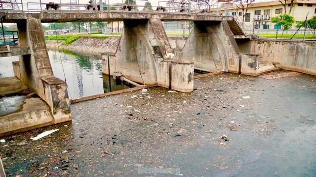 Cận cảnh những dòng sông đen chảy giữa nội thành Hà Nội  - Ảnh 2.