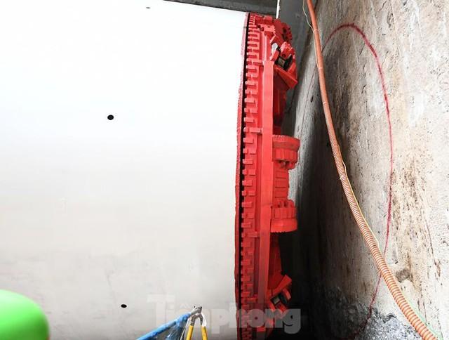 Cận cảnh rô-bốt đào hầm metro vận hành trong lòng đất  - Ảnh 2.