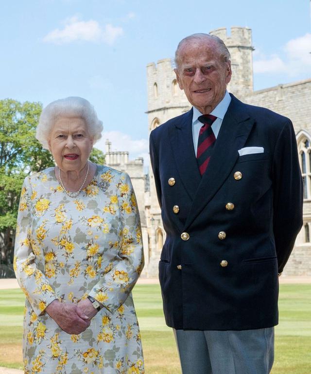 Tiết lộ những hoạt động của Nữ hoàng trong ngày Chủ nhật đầu tiên vắng bóng chồng, khiến công chúng càng thêm nể phục bản lĩnh của bà - Ảnh 1.