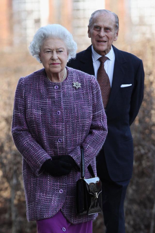 Tiết lộ những hoạt động của Nữ hoàng trong ngày Chủ nhật đầu tiên vắng bóng chồng, khiến công chúng càng thêm nể phục bản lĩnh của bà - Ảnh 2.