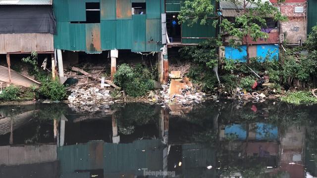 Cận cảnh những dòng sông đen chảy giữa nội thành Hà Nội  - Ảnh 12.