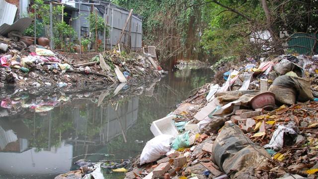 Cận cảnh những dòng sông đen chảy giữa nội thành Hà Nội  - Ảnh 14.