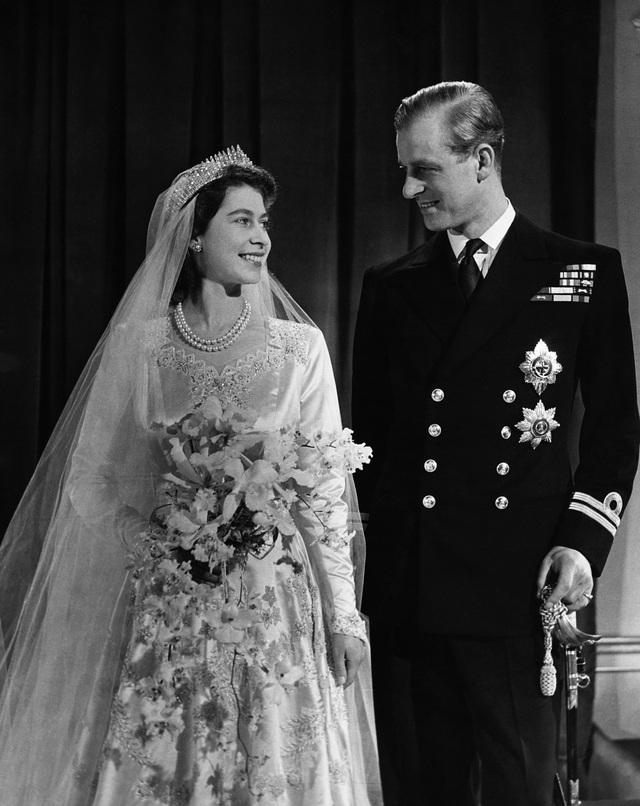 Tiết lộ những hoạt động của Nữ hoàng trong ngày Chủ nhật đầu tiên vắng bóng chồng, khiến công chúng càng thêm nể phục bản lĩnh của bà - Ảnh 5.