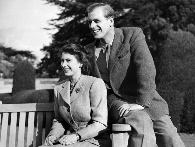 Tiết lộ những hoạt động của Nữ hoàng trong ngày Chủ nhật đầu tiên vắng bóng chồng, khiến công chúng càng thêm nể phục bản lĩnh của bà - Ảnh 6.