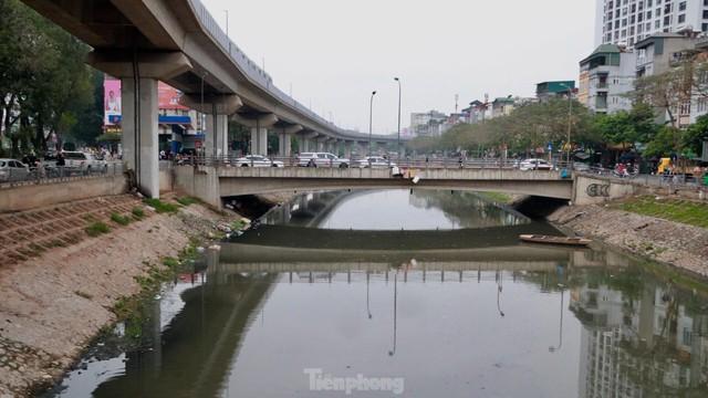 Cận cảnh những dòng sông đen chảy giữa nội thành Hà Nội  - Ảnh 8.