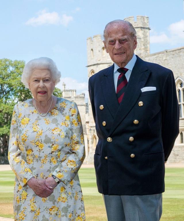 Tiết lộ những hoạt động của Nữ hoàng trong ngày Chủ nhật đầu tiên vắng bóng chồng, khiến công chúng càng thêm nể phục bản lĩnh của bà - Ảnh 7.