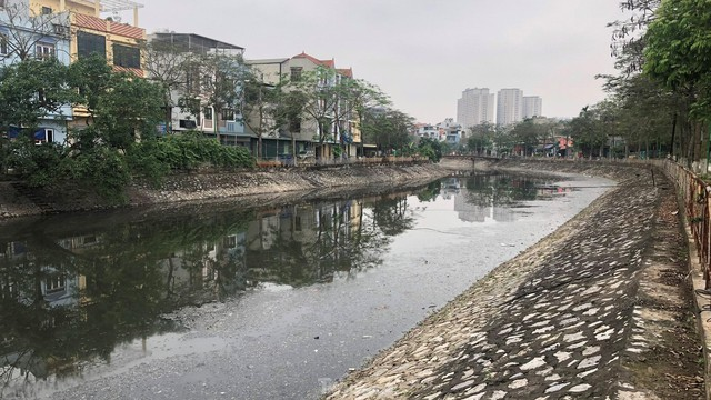 Cận cảnh những dòng sông đen chảy giữa nội thành Hà Nội  - Ảnh 10.