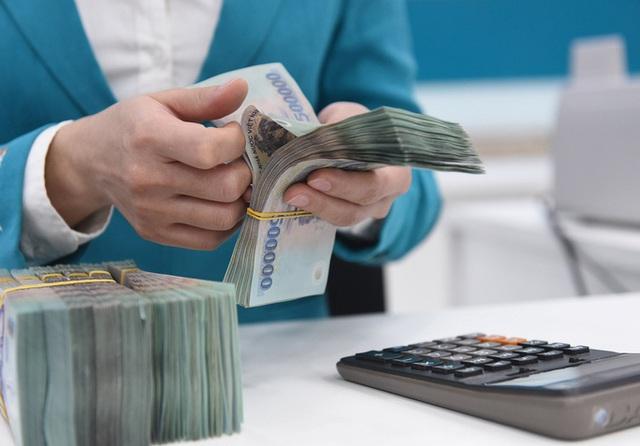 Không khuyến khích nhân viên ngân hàng ép khách mua bảo hiểm  - Ảnh 1.