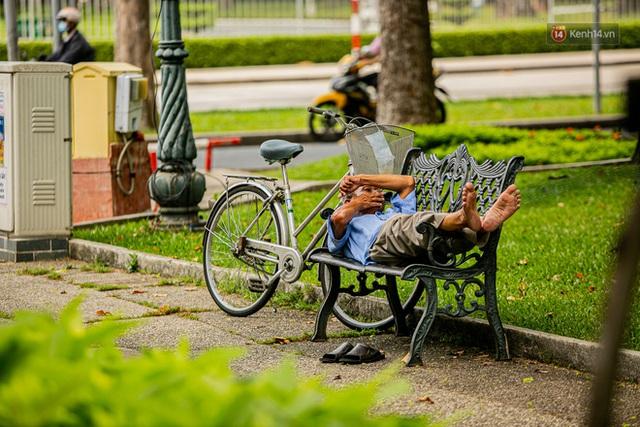 Chùm ảnh: Công nhân vật lộn với cái nóng hầm hập ở Sài Gòn, người đi đường mặc cả áo mưa tránh nắng - Ảnh 20.