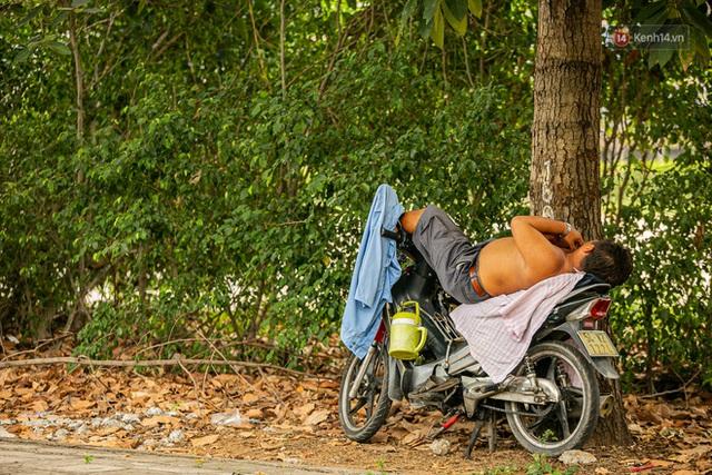Chùm ảnh: Công nhân vật lộn với cái nóng hầm hập ở Sài Gòn, người đi đường mặc cả áo mưa tránh nắng - Ảnh 21.