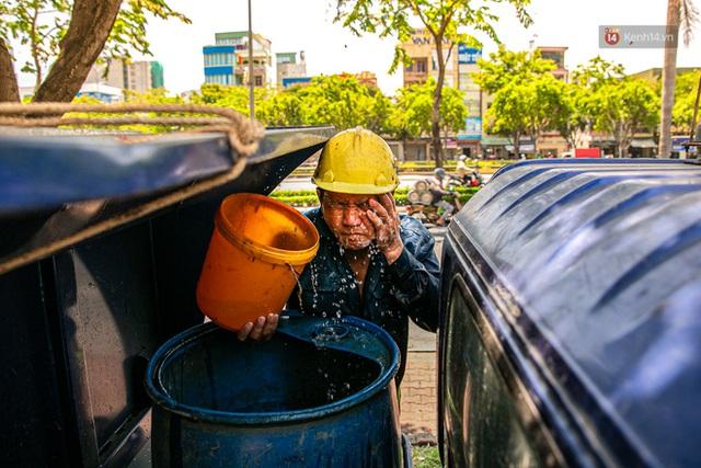 Chùm ảnh: Công nhân vật lộn với cái nóng hầm hập ở Sài Gòn, người đi đường mặc cả áo mưa tránh nắng - Ảnh 5.