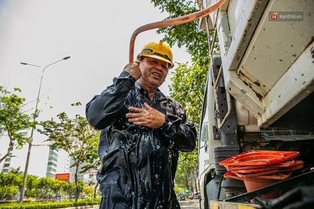 Chùm ảnh: Công nhân vật lộn với cái nóng hầm hập ở Sài Gòn, người đi đường mặc cả áo mưa tránh nắng - Ảnh 6.