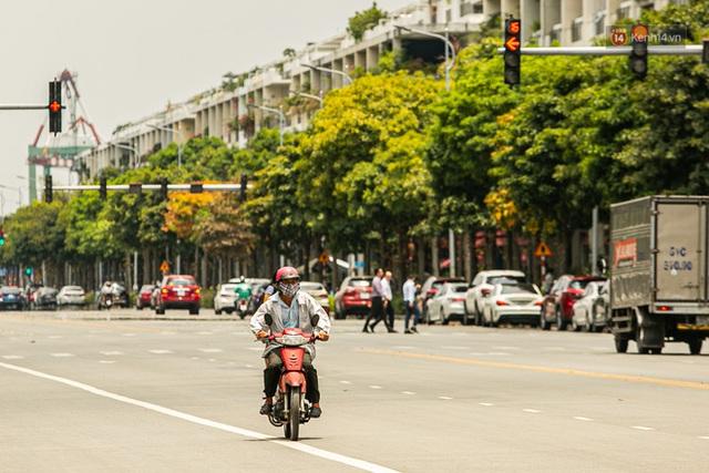 Chùm ảnh: Công nhân vật lộn với cái nóng hầm hập ở Sài Gòn, người đi đường mặc cả áo mưa tránh nắng - Ảnh 9.
