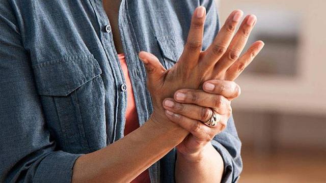 Tê tay tuy là chuyện thường nhưng hãy cẩn thận, nó cũng là dấu hiệu cảnh báo sớm của 5 loại bệnh chết người sau - Ảnh 1.