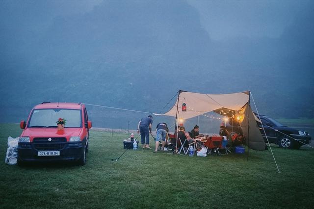 Một năm bùng nổ của Camping - cắm trại, dù không ở resort sang chảnh, không chăn ấm nệm êm nhưng các gia đình đến hội ngôi sao đều check in ầm ầm với hàng loạt chỗ quá lạ! - Ảnh 1.