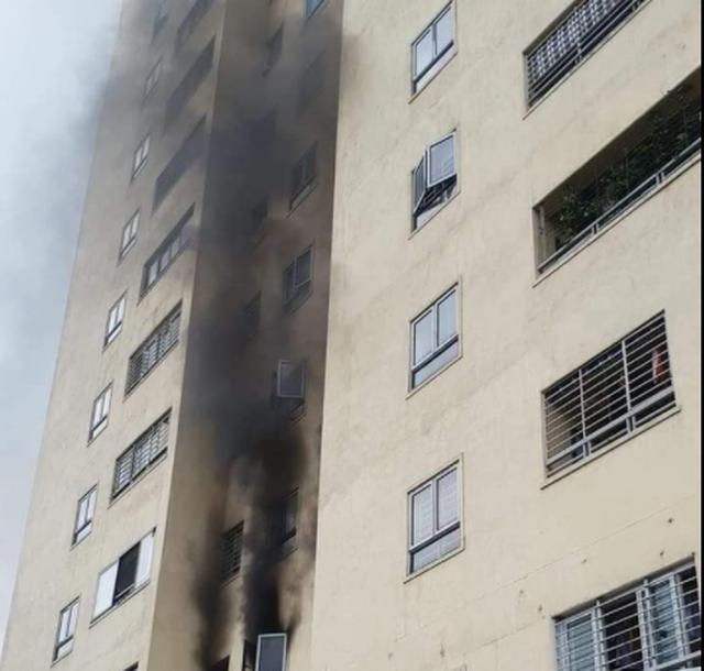 Cháy tại chung cư 20 tầng, người dân ôm trẻ em, người già tháo chạy xuống dưới  - Ảnh 1.