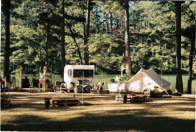 Một năm bùng nổ của Camping - cắm trại, dù không ở resort sang chảnh, không chăn ấm nệm êm nhưng các gia đình đến hội ngôi sao đều check in ầm ầm với hàng loạt chỗ quá lạ! - Ảnh 20.