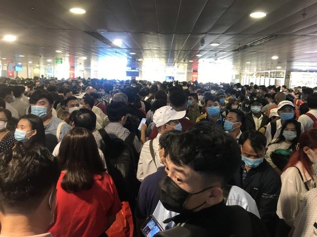 Hàng ngàn khách xếp hàng dài chờ soi chiếu ở sân bay Tân Sơn Nhất sáng sớm 15-4  - Ảnh 1.
