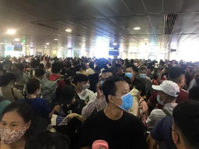Hàng ngàn khách xếp hàng dài chờ soi chiếu ở sân bay Tân Sơn Nhất sáng sớm 15-4  - Ảnh 2.