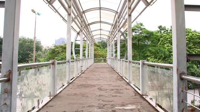 Cầu vượt, hầm đường bộ ngày 'ế khách', tối thành chốn hẹn hò - Ảnh 2.