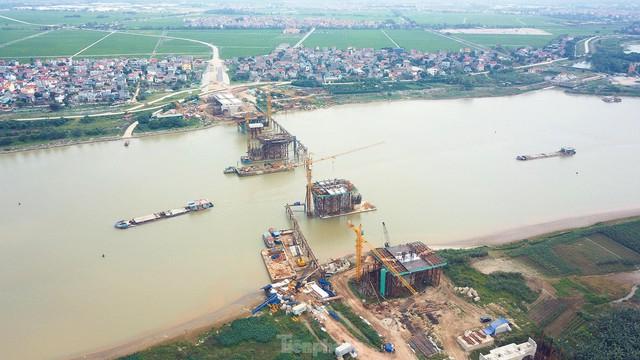 Toàn cảnh công trường xây dựng cầu vượt sông gần 2.000 tỷ đồng ở Bắc Ninh  - Ảnh 1.