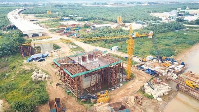 Toàn cảnh công trường xây dựng cầu vượt sông gần 2.000 tỷ đồng ở Bắc Ninh  - Ảnh 2.