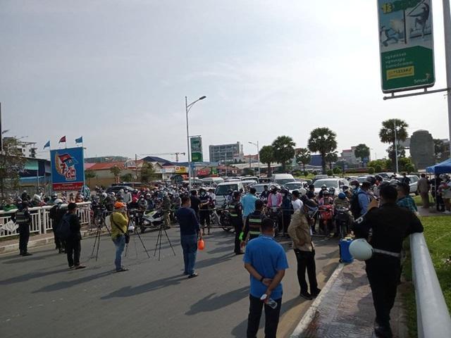 Ông Hun Sen phát lệnh nóng, Phnom Penh phong tỏa trong đêm: Đoàn xe ùn ùn đòi vào thành phố - Ảnh 1.