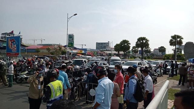Ông Hun Sen phát lệnh nóng, Phnom Penh phong tỏa trong đêm: Đoàn xe ùn ùn đòi vào thành phố - Ảnh 2.