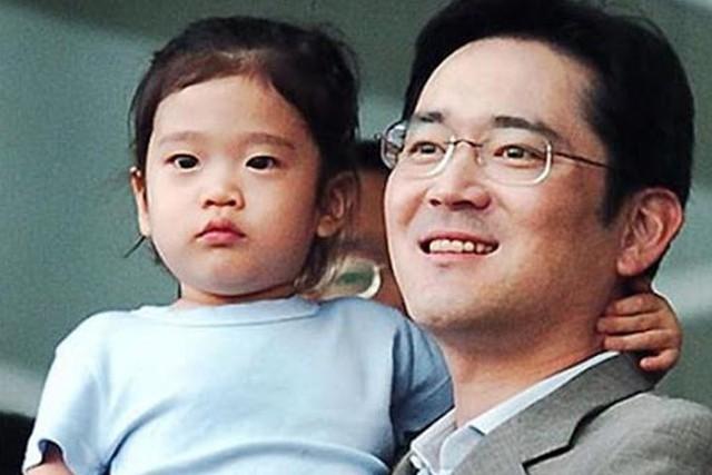 Cháu gái gia tộc Samsung lộ diện đã lập tức gây bão MXH với diện mạo thanh thuần nhưng chiếm trọn spotlight lại là bộ quần áo của tiểu thư 17 tuổi - Ảnh 1.