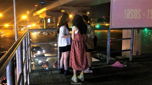 Cầu vượt, hầm đường bộ ngày 'ế khách', tối thành chốn hẹn hò - Ảnh 13.