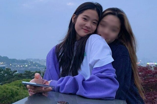 Cháu gái gia tộc Samsung lộ diện đã lập tức gây bão MXH với diện mạo thanh thuần nhưng chiếm trọn spotlight lại là bộ quần áo của tiểu thư 17 tuổi - Ảnh 13.
