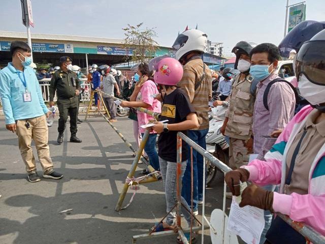 Ông Hun Sen phát lệnh nóng, Phnom Penh phong tỏa trong đêm: Đoàn xe ùn ùn đòi vào thành phố - Ảnh 3.