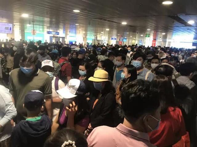 Hàng ngàn khách xếp hàng dài chờ soi chiếu ở sân bay Tân Sơn Nhất sáng sớm 15-4  - Ảnh 4.