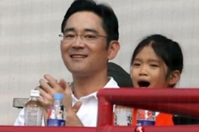 Cháu gái gia tộc Samsung lộ diện đã lập tức gây bão MXH với diện mạo thanh thuần nhưng chiếm trọn spotlight lại là bộ quần áo của tiểu thư 17 tuổi - Ảnh 4.